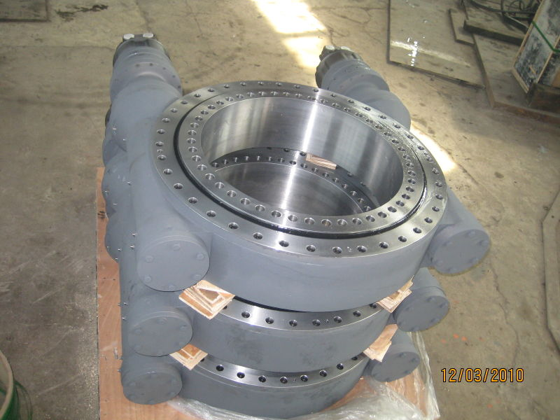 Double-worm slew drive for cranes